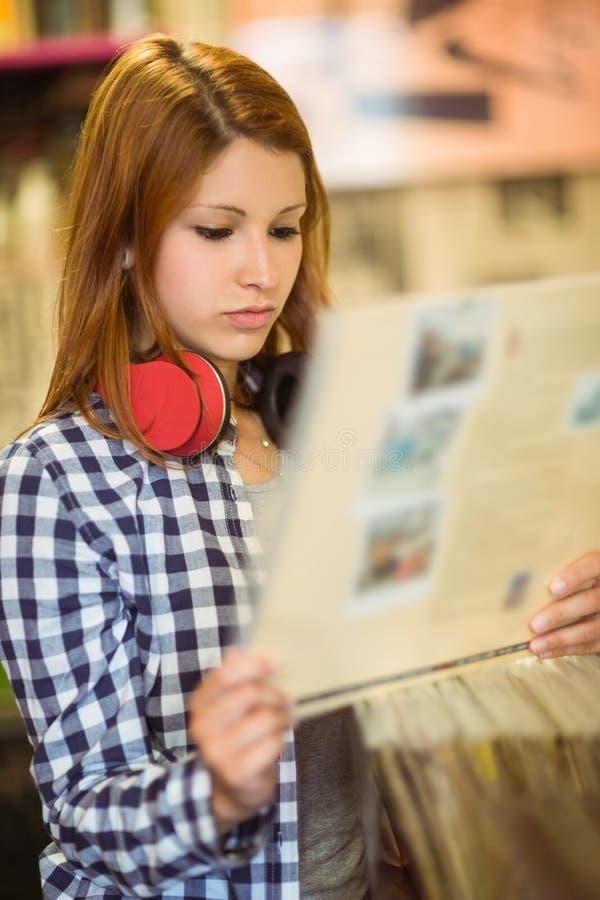 Roodharige die met controleoverhemd een vinyl houden stock foto's