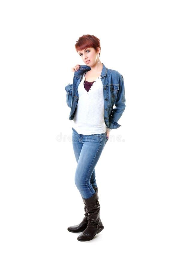 Roodharige in jeans en het jasje knallende kraag van Jean stock afbeeldingen