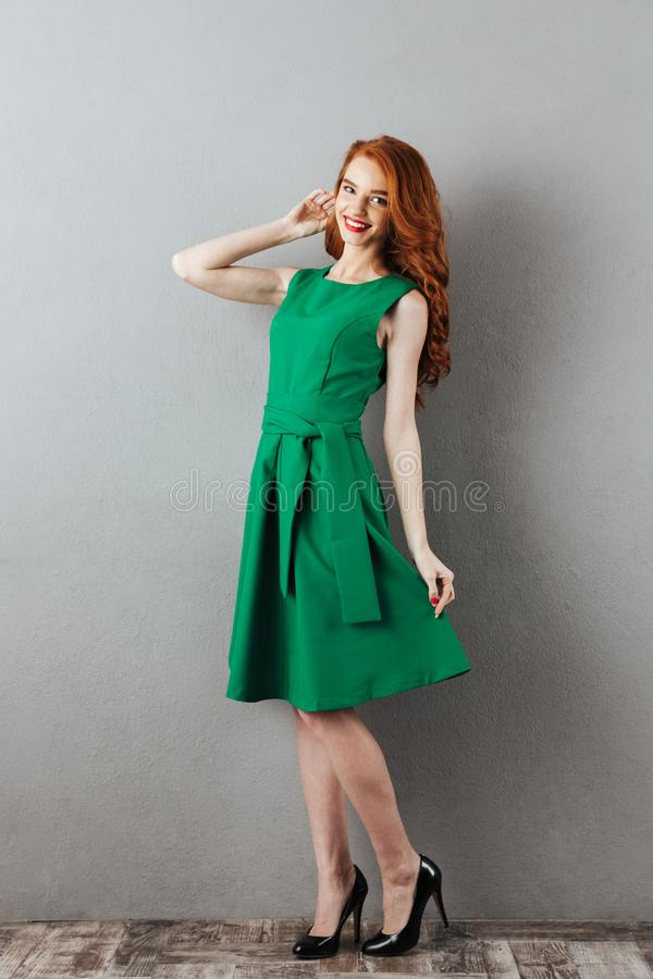 Roodharige jonge dame in groene kleding royalty-vrije stock afbeeldingen