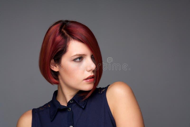 Roodharige Jonge Vrouw Met Modern Kapsel Stock Afbeelding