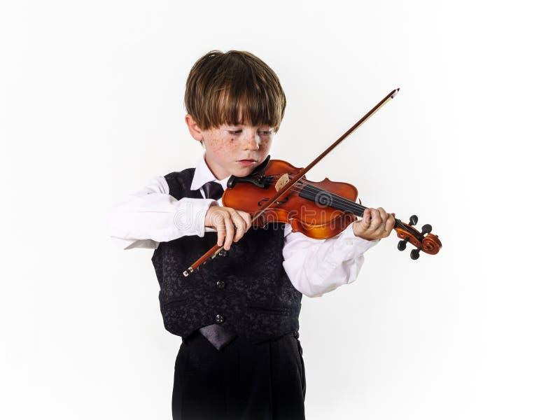 Roodharige kleuterjongen met viool stock foto