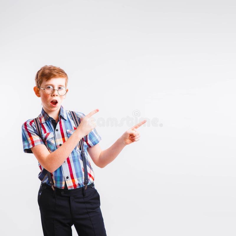 Roodharige nerd met steunen en glazen op een witte achtergrond stock afbeelding