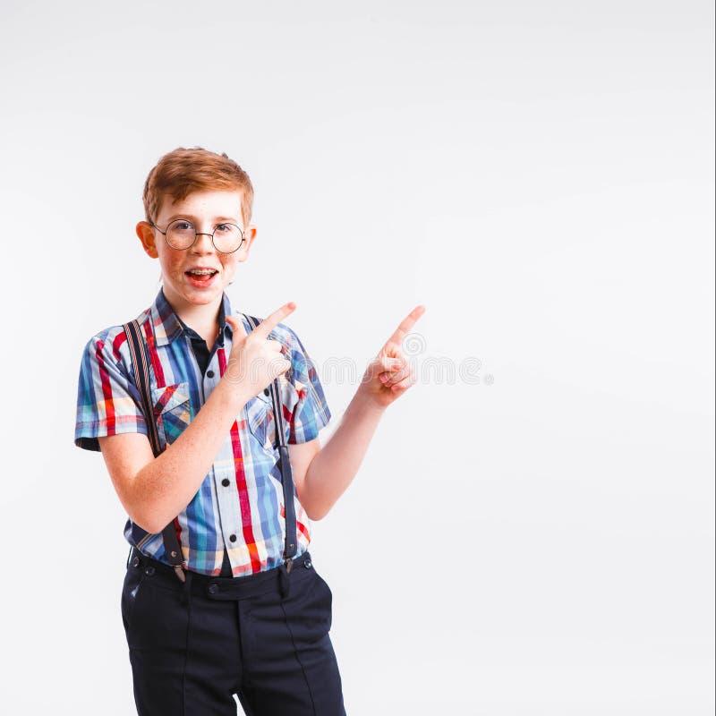 Roodharige nerd met steunen en glazen op een witte achtergrond royalty-vrije stock foto's