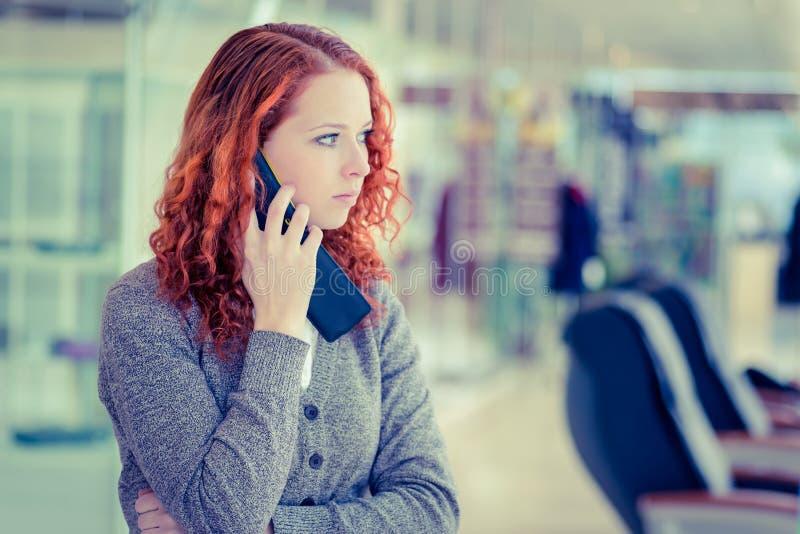 Roodharigemeisje die telefonisch spreken. royalty-vrije stock afbeelding
