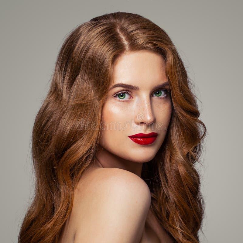 Roodharigemeisje met groene ogen en de studioportret van het gemberhaar royalty-vrije stock fotografie