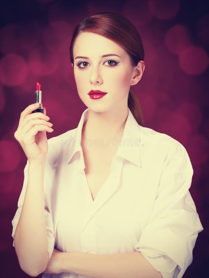 Roodharigemeisje met lippenstift stock afbeelding