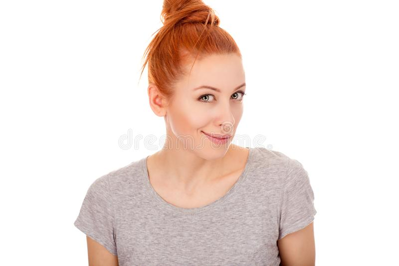 Roodharigevrouw die nieuwsgierig u, camera bekijken stock fotografie