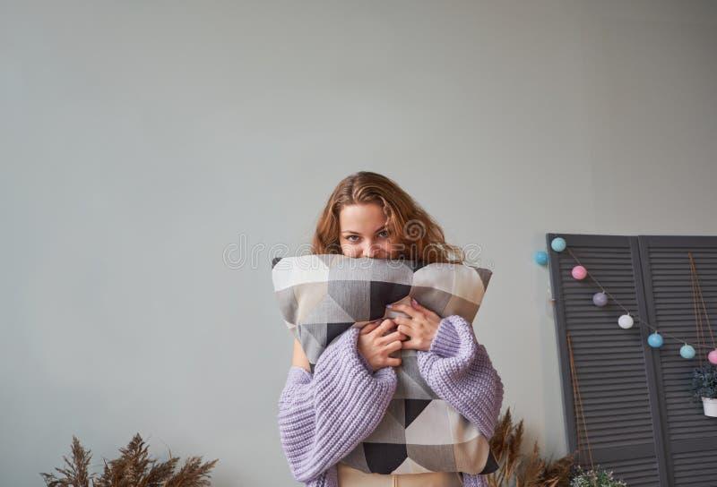Roodharigevrouw in het warme gebreide lavendelsweater lachen stock fotografie