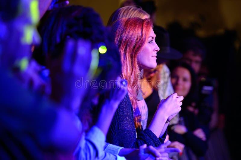 Roodharigevrouw van publiek het toejuichen bij de Musical van Barcelona Accio (BAM) stock foto