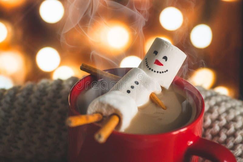 Roodmok met warme chocolade met gesmolten marshmallow-snowman royalty-vrije stock fotografie