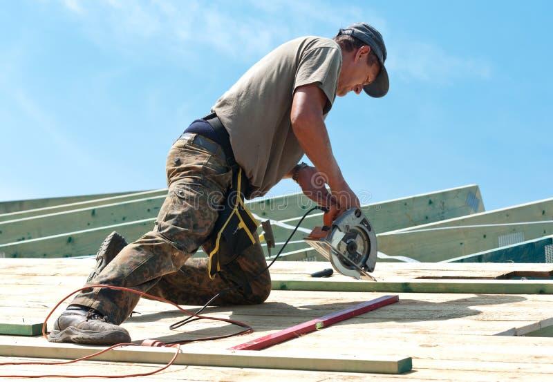 Roofer avec le foret rotatoire photographie stock libre de droits