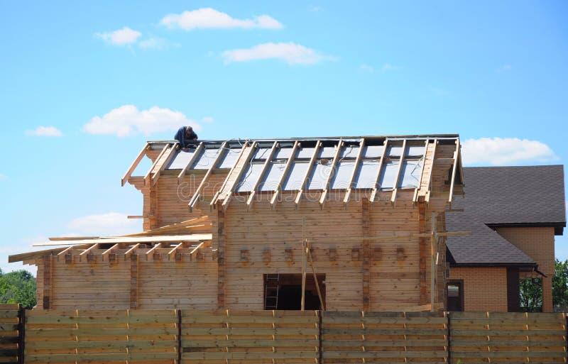 Roofer Contractor Erbauerreparatur und gelegte Asphaltschindeln überdachen Schindeln auf Holzhausdach lizenzfreie stockbilder