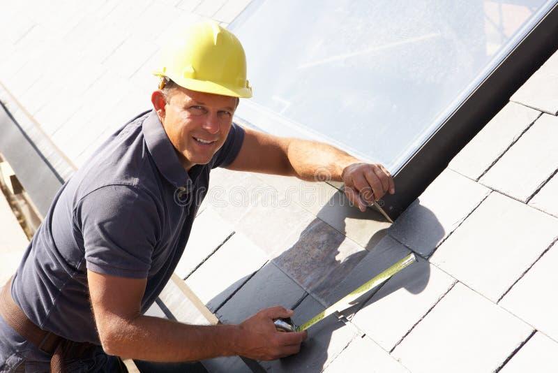 Roofer die aan Buitenkant werkt stock foto
