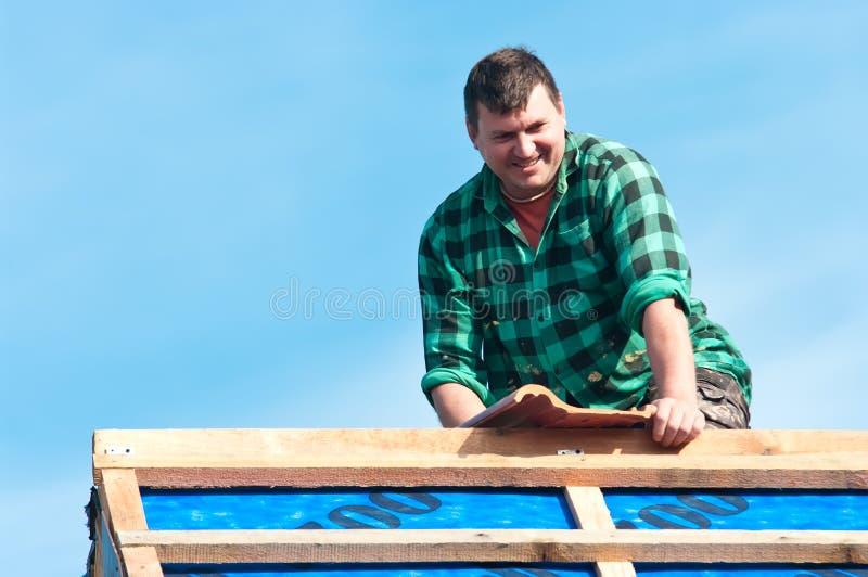 Roofer felice che pone mattonelle fotografia stock libera da diritti