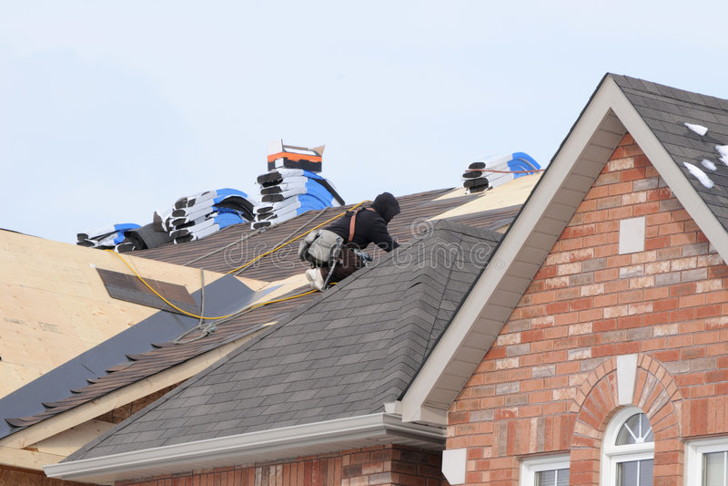 Roofer no trabalho foto de stock