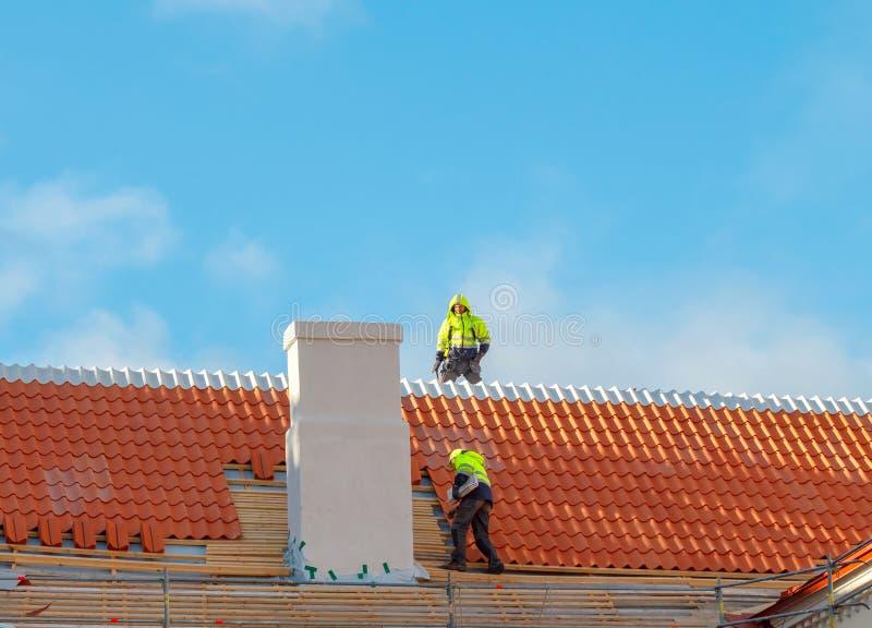 Roofer op het dak royalty-vrije stock foto