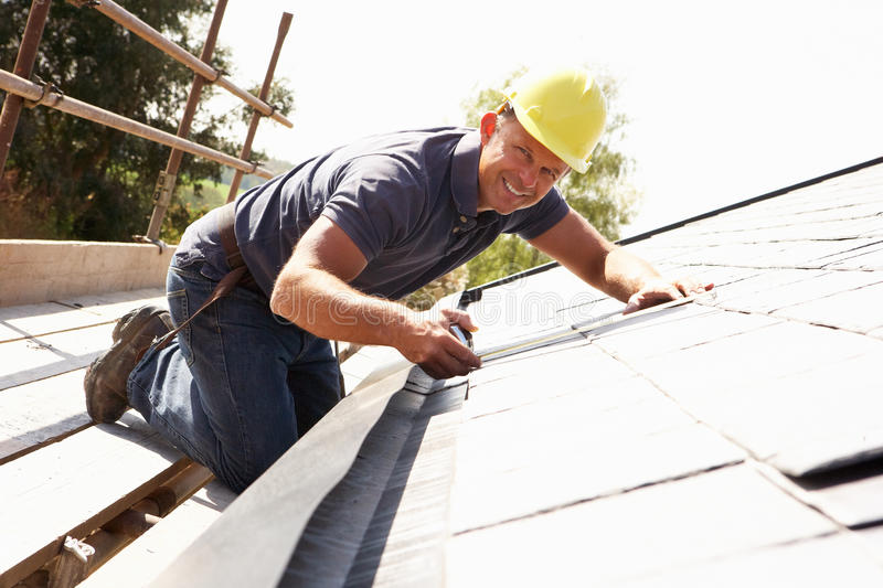 Roofer que trabalha no exterior fotografia de stock royalty free