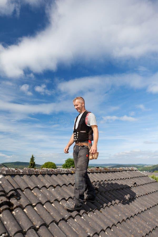 Roofer som går över ett gammalt tak royaltyfria bilder