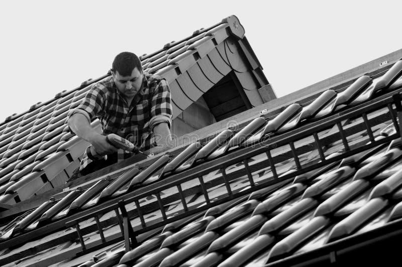 Roofer sul lavoro fotografia stock