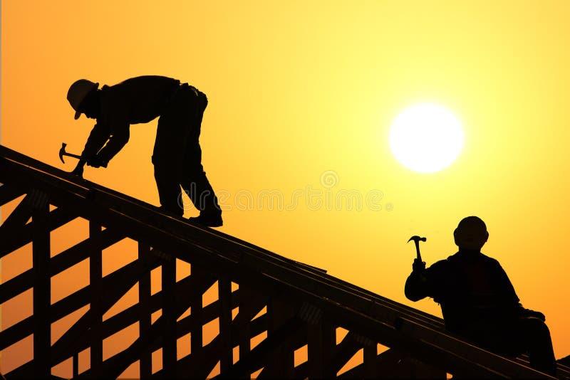 Download Roofer två arkivfoto. Bild av silhouette, solnedgång, trä - 993304