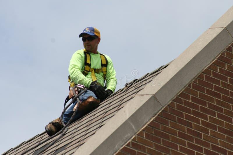Roofers arbetar på universitetsområde 2019 II royaltyfria foton