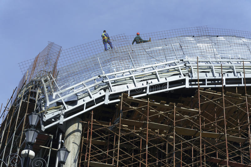 Roofers, attachés avec des cordes travaillant au toit 6 image libre de droits