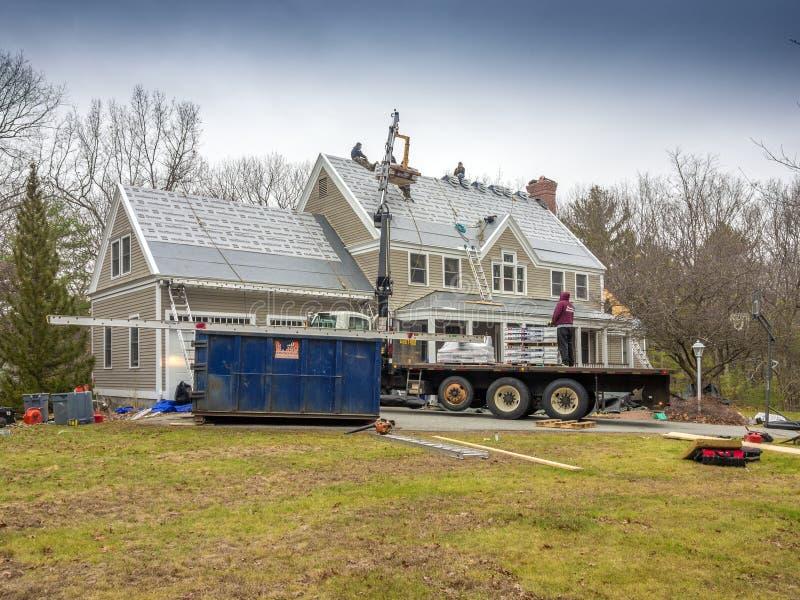 Roofers, die ein neues Dach niederlegen stockfotos
