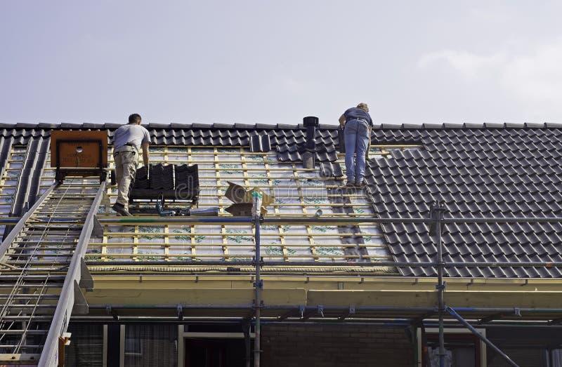 Roofers maschii che misura le mattonelle fotografie stock libere da diritti