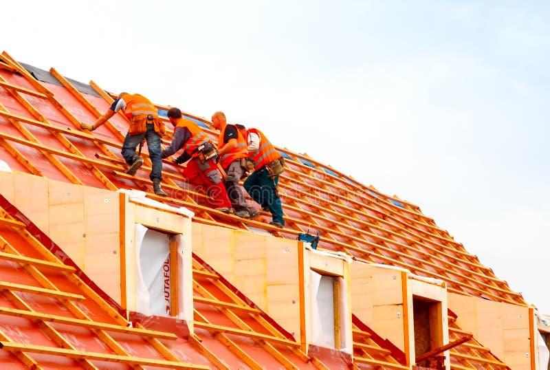 Roofers på taket fotografering för bildbyråer