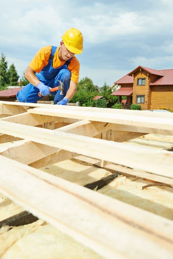 Roofersnickaren arbetar på taket royaltyfri bild