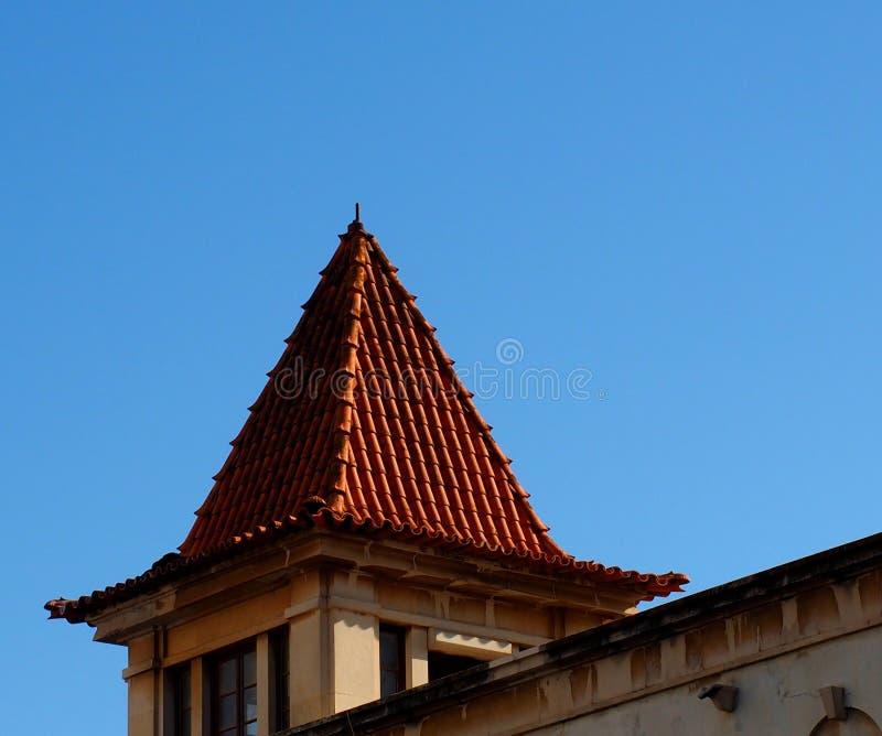 RoofIn aguzzo piastrellato rosso Faro Algarve Portogallo fotografie stock