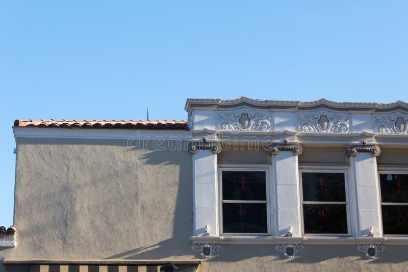 Roofline ενός κτηρίου και με το σαφή στόκο και με το διακοσμητικό παράθυρο που αντιμετωπίζουν, roo κεραμιδιών τερακότας στοκ φωτογραφίες με δικαίωμα ελεύθερης χρήσης