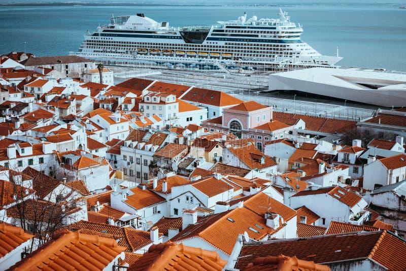 Rooftopspanorama stary gromadzki Alfama w Lisbon Rejs łódź na Tagus rzece Lisbon Lisboa Lissabon fotografia stock