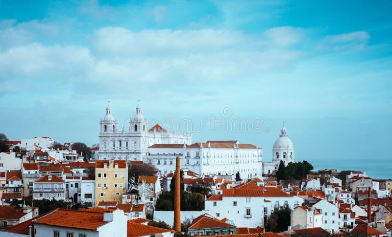 Rooftopspanorama van het oudste district Alfama in Lissabon, Portugal stock afbeelding