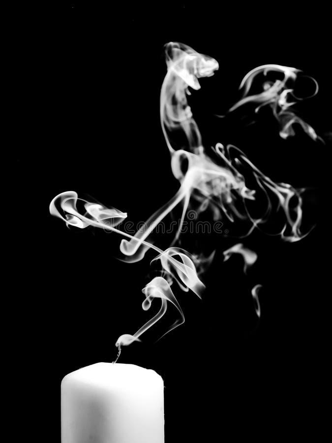 Download Rook Die Uit Een Geblazen Uit Kaars Komen Stock Foto - Afbeelding bestaande uit duisternis, dood: 54077262