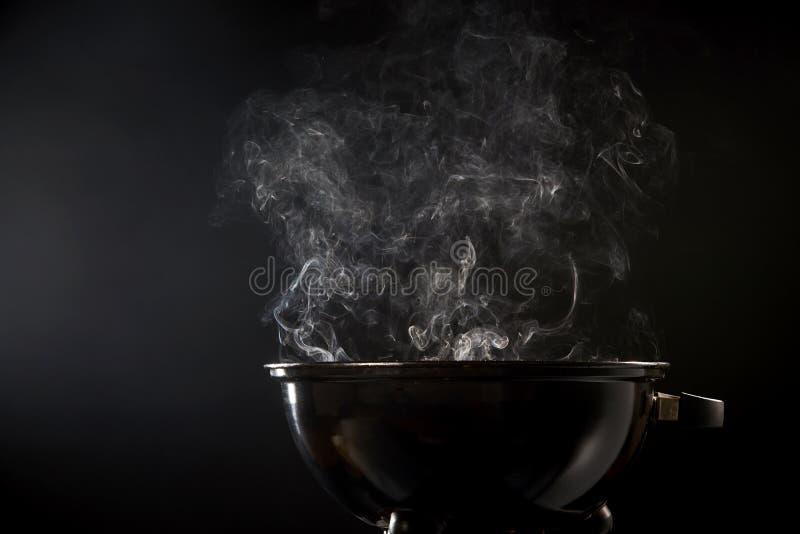 Rook die uit een hete barbecuebrand komen stock foto's