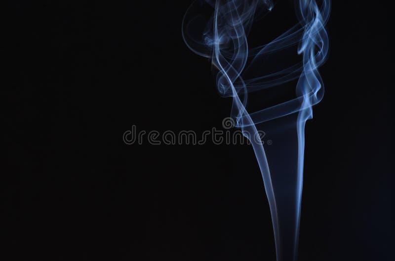Rook en zwarte achtergrond royalty-vrije stock fotografie