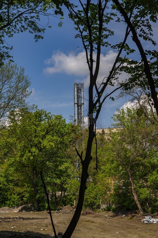 Rook industriële schoorsteen tegen de blauwe hemel royalty-vrije stock foto