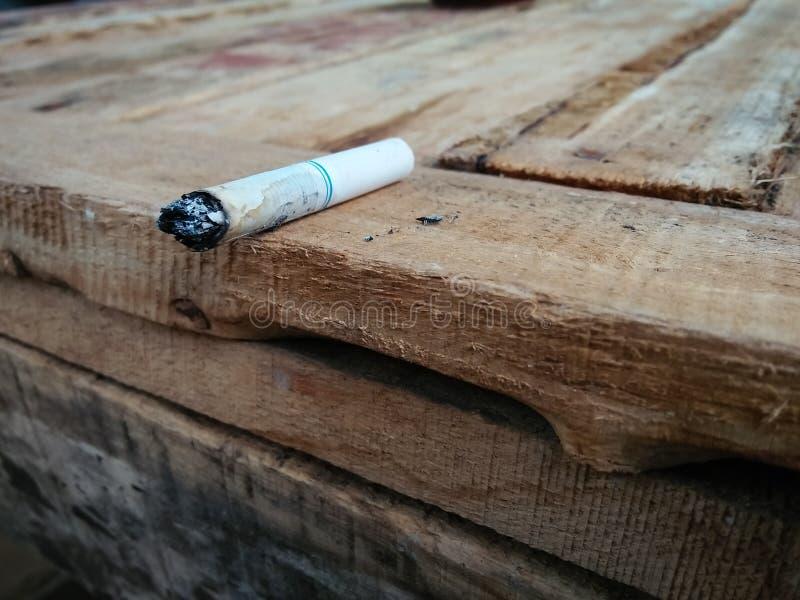 Rook op hout royalty-vrije stock afbeeldingen