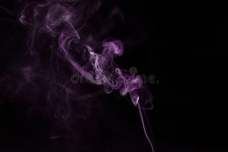 Rook op zwarte achtergrond, purpere rookachtergrond, ontwerpconcept royalty-vrije stock afbeelding