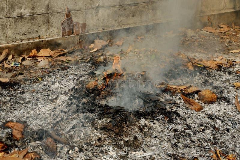 Rook uit verbranding Het is een eenvoudige afvalverwijdering royalty-vrije stock fotografie