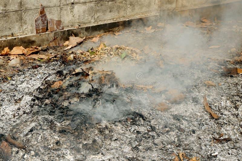 Rook uit verbranding Het is een eenvoudige afvalverwijdering stock foto