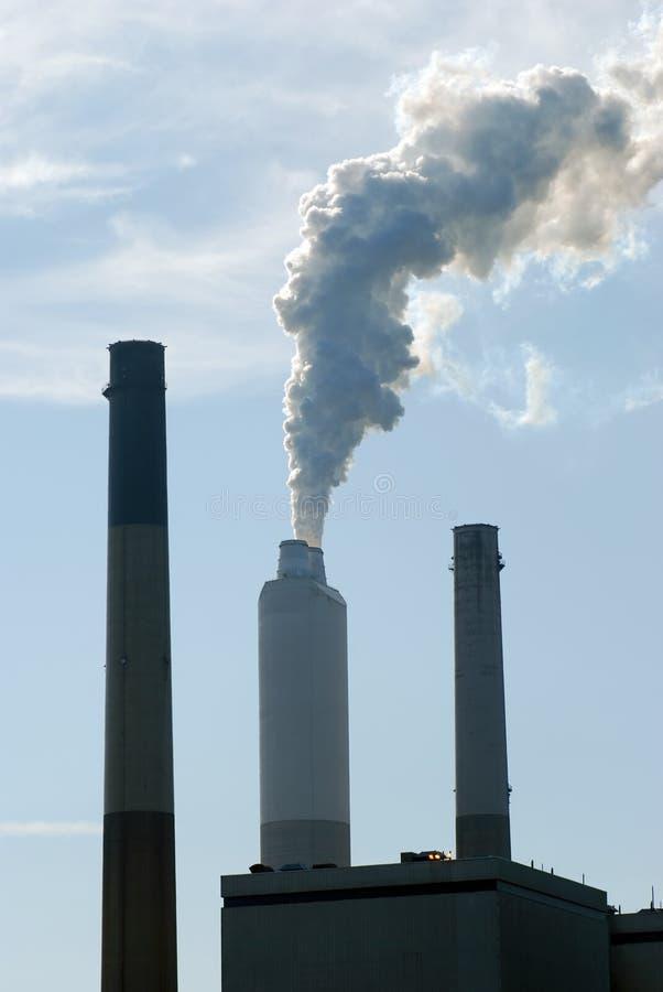 Rook van een fabrieksstapel royalty-vrije stock afbeelding