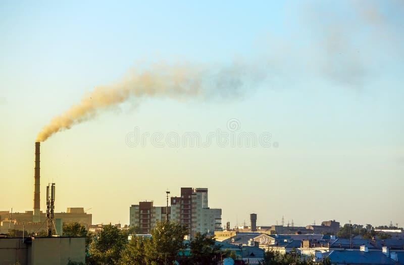 Rook van een industriële pijp op een stad en een bos slechte ecologie, verontreiniging van het milieu royalty-vrije stock foto