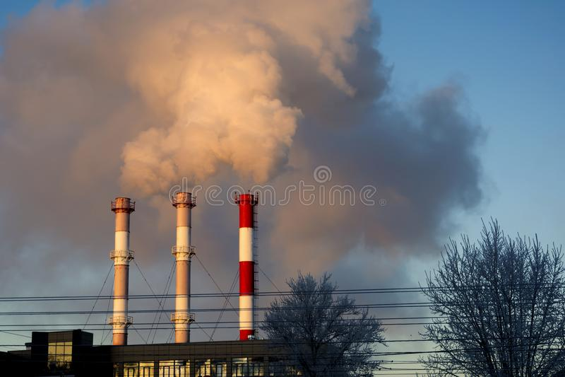 Rook van industriële schoorsteen tegen een blauwe hemel royalty-vrije stock fotografie