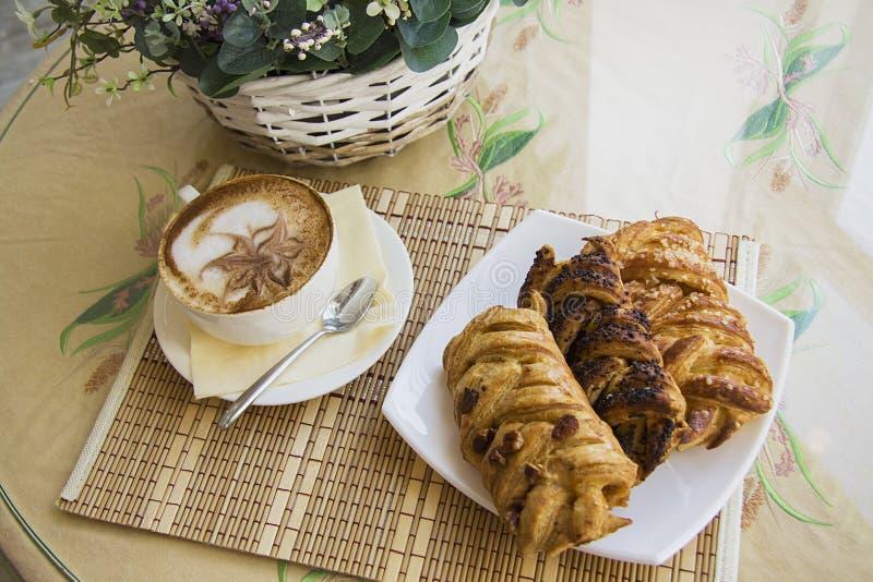 Rookwolkbroodjes en cappuccino van hierboven royalty-vrije stock fotografie