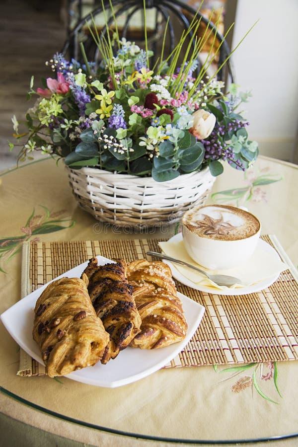 Rookwolkbroodjes en heerlijke cappucino royalty-vrije stock foto's