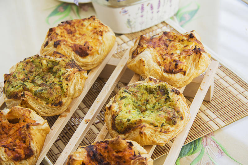 Rookwolkbroodjes met kaas en diverse kruiden royalty-vrije stock foto's