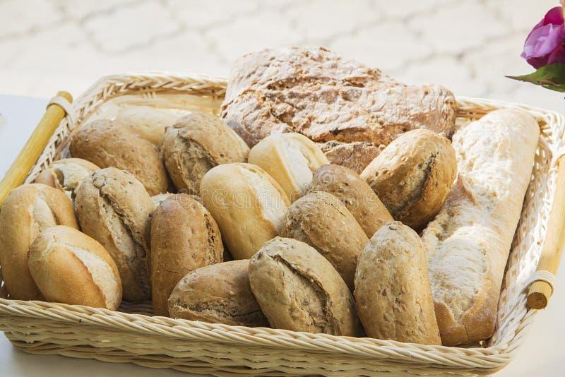 Rookwolkbroodjes met kaas en diverse kruiden stock foto