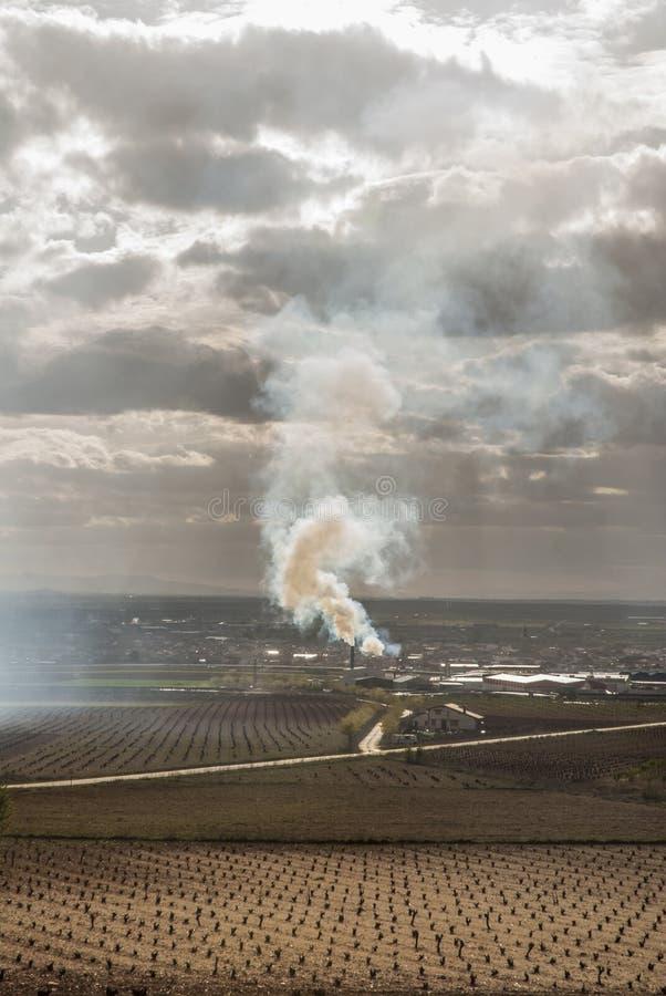 Rookzuil in het midden van een rainfed landbouwbedrijf stock afbeeldingen